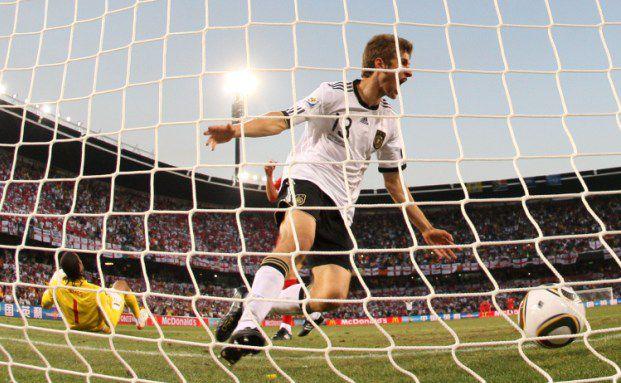Fu&szlig;ballweltmeisterschaft 2010 in S&uuml;dafrika: Offensiv-Spieler <br> Thomas M&uuml;ller feiert sein Tor gegen England nach einem <br> perfekten Zuspiel von Defensiv-Mann Bastian Schweinsteiger <br> Foto: Getty Images