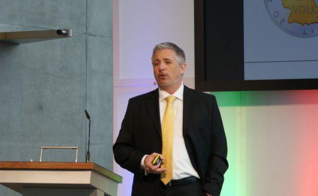 Mister Dax Dirk M&uuml;ller er&ouml;ffnete die Pools & Finance als <br> Hauptredner mit einem Vortrag &uuml;ber die Eurokrise