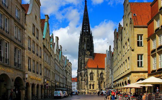 Blick vom Prinzipialmarkt auf die Lambertikirche in M&uuml;nster. Foto: Rosel Eckstein / <a href='http://www.pixelio.de' target='_blank'>pixelio.de</a>