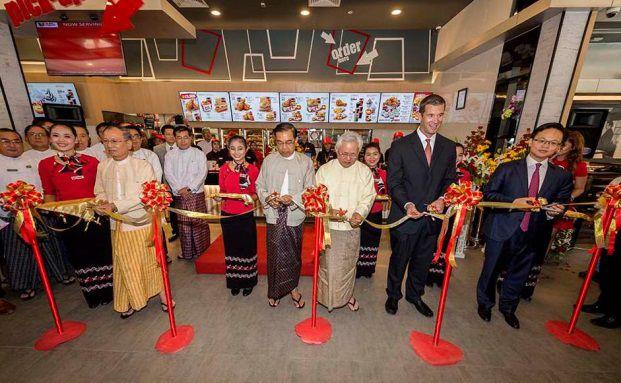 Myanmar: Eröffnungstag der ersten Filiale von Kentucky Fried Chicken, Foto: Stefan Böttcher