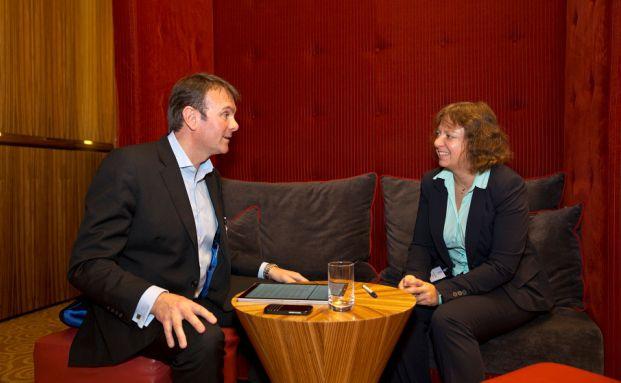 DAS-INVESTMENT-Redakteurin Svetlana Kerschner traf Paul Stanfield auf dem Finanz Planer Forum in Düsseldorf. Der Finanzexperte reiste extra aus London an, um einen Vortrag über die Honorarberatung in seiner Heimat Großbritannien zu halten. Foto: Axel Jusseit