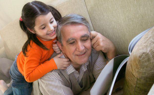 Großvater mit Enkelin: Das Finanzamt berücksichtigt Fahrtkosten, die nahen Verwandten durch die Kinderbetreuung entstehen. Quelle: Fotolia