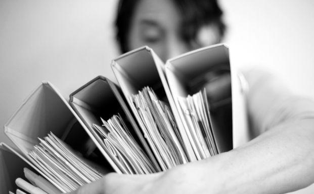 Papierchaos: Wer ein Gütesiegel für sein Unternehmen bekommen will, darf den Bürokratieaufwand nicht scheuen. (Foto: INKJE / PHOTOCASE)