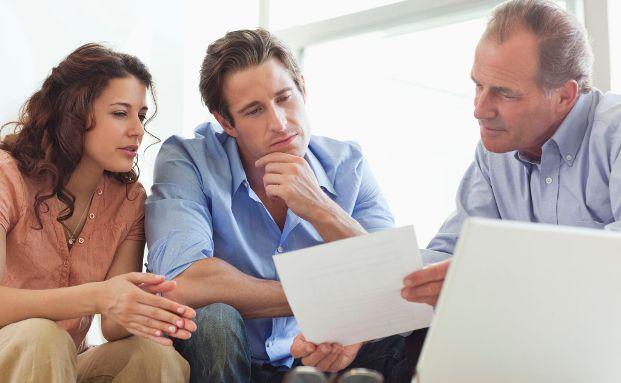 Viele Paare informieren sich gemeinsam bei ihrem Finanzberater. Foto: AXA