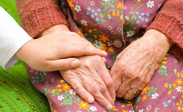Pflege im Alter: Private Rentenversicherungen bieten häufig die Möglichkeit, das Pflegerisiko abzusichern (Foto: Sandor Kacso, Fotolia)