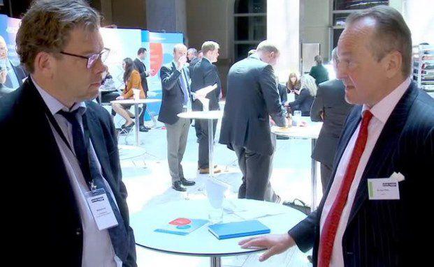 Chefredakteur DAS INVESTMENT Malte Dreher mit Karl Pilny, Gründer der Beratungsgesellschaft Asia21