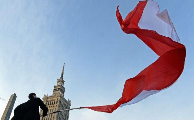 Zukunft trifft Vergangenheit in Warschau: Fahnenschwenker am polnischen Unabhängigkeitstag vor dem Kulturpalast. Foto: AFP/Getty Images/Janek Skarzynski