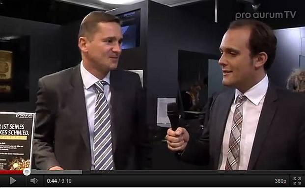 Pro-Aurum-Chef Robert Hartmann (li.) spricht mit<br>Pressesprecher Benjamin Summa (Quelle: Screenshot<br>Pro Aurum TV)