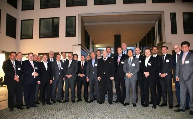 Die Teilnehmer des 12. AfW-Hauptstadtgipfel mit Michael Meister, Parlamentarischer Staatssekretär in Bundesfinanzministerium (10. von links). Foto: Oliver Lepold