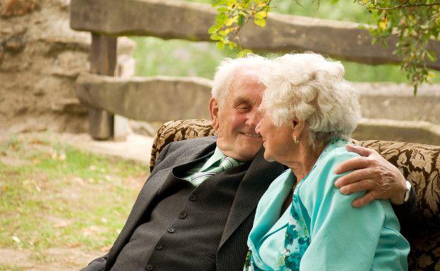 Seniorenpaar: Wird einer der Partner zum Pflegefall, sind finanzielle Reserven schnell aufgebraucht (Foto: ffwd/Photocase)