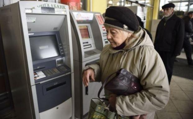 Rentnerin beim abheben. Foto: Getty Images