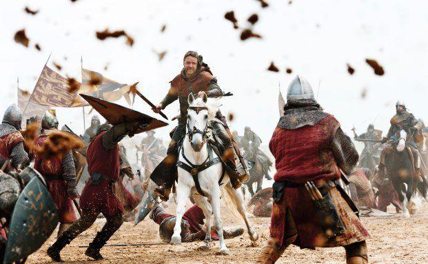 "Eine Szene aus Ridley Scotts Film ""Robin Hood"": Russel Crowe alias Robin Hood (links) im Kampf für die Armen. (Foto: Bloomberg)"