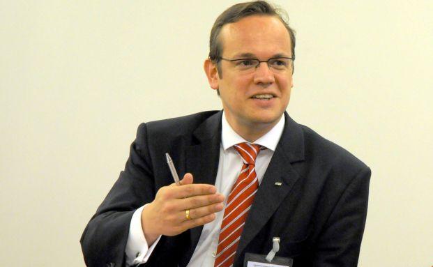 AfW-Vorstand Frank Rottenbacher tritt in Regulierungsfragen <br>vehementf&uuml;r eine Gleichbehandlung freier Vermittler gegen&uuml;ber <br>Bankberatern und den Ausschlie&szlig;lichkeitsvermittlern ein.