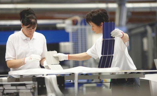 Mitarbeiterinnen von Aleo Solar im brandenburgischen <br> Prenzlau: Als das Unternehmen Ende Februar ein offizielles <br> Übernahmeangebot des Hauptaktionärs Bosch erhielt, <br> legte die Aktie deutlich zu. Quelle: Getty Images