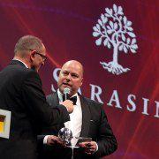 Preis&uuml;bergabe an Frank Niehage,<br> Vorstandschef der Bank Sarasin