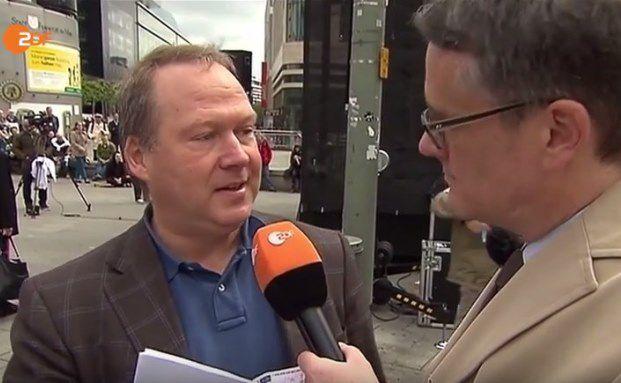 """Ein Ständchen für die """"ZDF-Heute-Show"""": """"Stop Bargeldverbot""""-Initiator Max Otte (links)"""