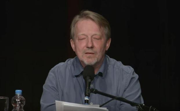 Entführt seine Zuhörer in den Arbeitsalltag einer Behörde: Dietmar Wischmeyer
