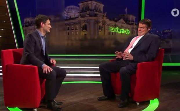 """Diplomatie für Dummies: """"Extra-Drei""""-Moderator Christian Ehring (links) im Gespräch mit Sigmar-Gabriel-Double Max Giermann"""
