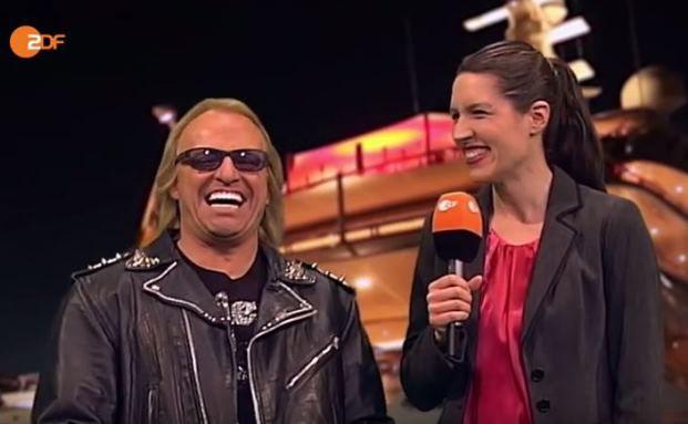 """Martin Klempnow als Robert Geiss im Gespräch mit """"Heute-Show""""-Reporterin Birte Schneider (Christine Prayon)"""