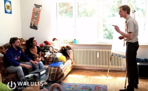 """Auf verlorenem Posten: Philipp Walulis (rechts) als """"Schuldenberater Markus Zumwegen"""""""