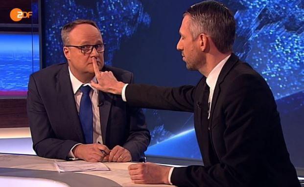 """Lernmittelfreiheit über alles: Sebastian Pufpaff (rechts) mit """"Heute-Show""""-Moderator Oliver Welke"""