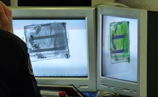 Hier scannen Beamten nur das Gepäck und nicht die Konten. Quelle: Pixelio