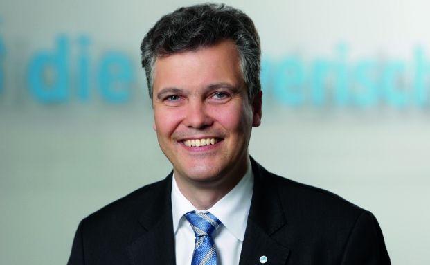 Herbert Schneidemann, Vorstandschef der Versicherungsgruppe die Bayerische