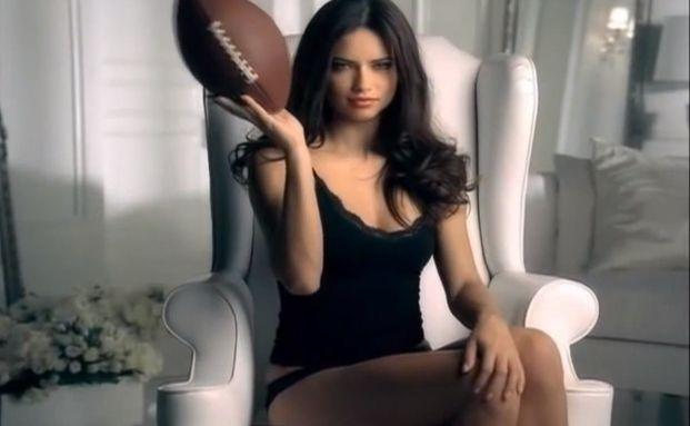 Lockt auch die härtesten Jungs aus der Reserve: Super-Model Adriana Lima (Quelle: Youtube)