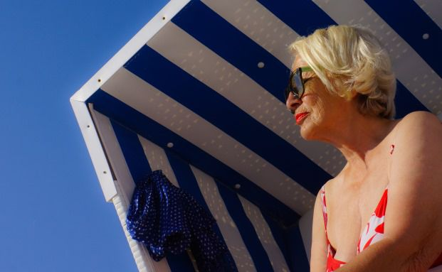 Seniorin am Strand, Foto: Rainer Sturm/<a target=