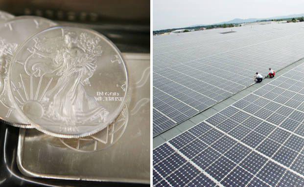 Zwei Silbermünzen und ein Silberbarren, daneben Photovoltaik-Solarzellen. Die Industrie der erneuerbaren Energien nutzte letztes Jahr nur für die Photovoltaik-Branche etwa 77,5 Millionen Unzen Silber. Foto: Getty Images