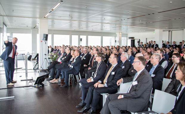 Bekam Standing Ovations: Gehirnforscher Manfred Spitzer vor vollen Rängen auf dem 9. private banking kongress, Foto: Christian Scholtysik / Patrick Hipp