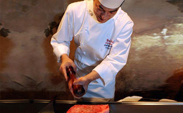 Yudai Hanno, Chefkoch im mit Michelin-Stern ausgezeichnetem Restaurant Ukai-tei in Tokio, widmet sich einem edlen Steak: Deutsche Freunde des Genusses können sich nun Frischfleisch im Abo kommen lassen. Foto: Robert Gilhooly/Bloomberg