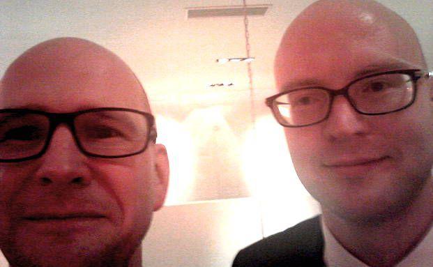 Wer ist wer? Wir lösen auf: Rechts im Bild ist Peter Steffen von Ethenea, links ist Andreas Harms von DAS INVESTMENT.com.
