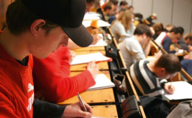 Student im Hörsaal: Ein Einstieg in die BU-Absicherung ist bereits für überschaubare Beiträge möglich (Foto: PHOTOMAKERS / PIMPYOU)
