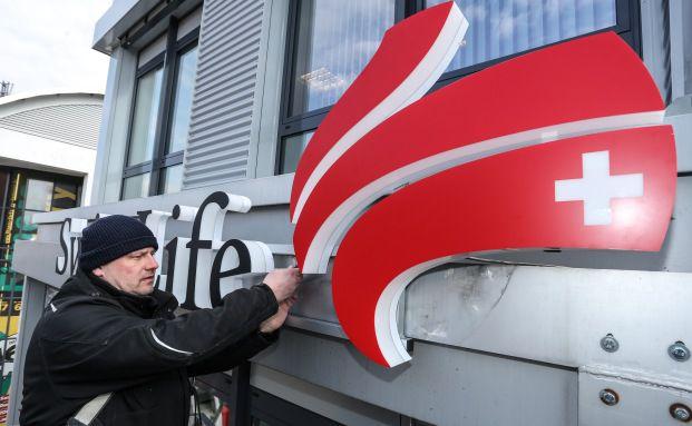 Montage des neuen Logos bei der Finanzkanzlei in Laatzen. Quelle: Swiss Life Select