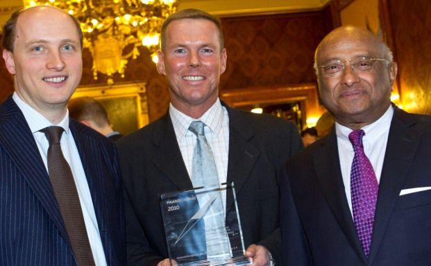 Bei der Preisverleihung: Lars Tegtmeier (Mitte), Wolfgang <br>Drobetz (links), Ian K. Karan (Foto: Finanzplatz Hamburg/Malzkorn)