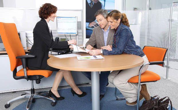 Ein Beratungsgespräch für Klienten. Eine gute Beratung beim Versicherer beinhaltet auch, dass die Dokumentation des Gesprächsverlaufs auch dem Kunden zur Einsicht vorgelegt wird. Foto: Targobank