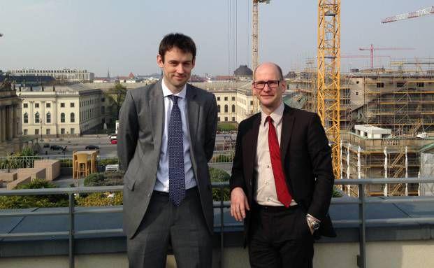 Portfoliomanager John Taylor von Alliance Bernstein (links) mit DAS-INVESTMENT.com-Redakteur Andreas Harms über den Dächern von Berlin