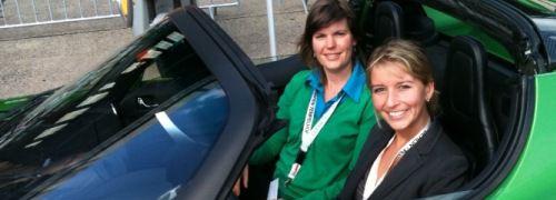Von 0 auf 100 km/h in 3,8 Sekunden: Während Astrid Lipsky (links)<br> vom Cleantech Magazin noch skeptisch ist, freut sich Kollegin<br> Caroline Harms schon auf die Testfahrt im Tesla Roadster