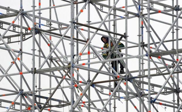 Ein Gerüstbauer beim Abbau eines Baugerüsts in Leipzig: Jeder Zweite, der diesen Beruf ausübt, wird einmal im Lauf seines Lebens erwerbsunfähig, kann also gar nicht mehr arbeiten – auch nicht in irgendeinem anderen Beruf.