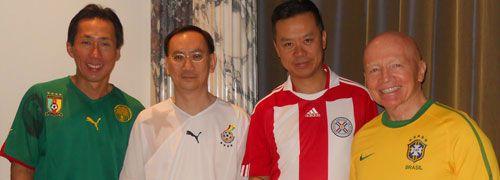 Mark Mobius (ganz rechts) und sein Analystenteam.<br>Von Links: Dennis Lim, Tom Wu und Allan Lam.<br>Foto: Olaf Mieske