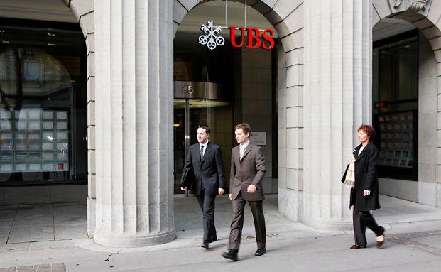 Banker vor dem UBS-Hauptsitz in Zürich in der Bahnhofstraße 45, Foto: UBS