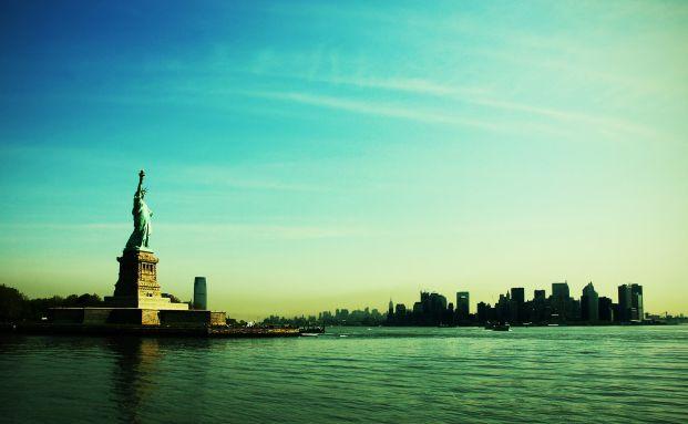 Freiheitsstatue vor New York: Der US-Dollar bleibt weiterhin ein Anker in vielen Währungsportfolien von Anleihenfonds. Quelle: lama-photography / photocase.com