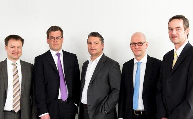 Zu Besuch: Wilfried Stubenrauch, ganz links, <br> Oliver Heller, Mitte, und Stefan H&ouml;lscher, ganz rechts, <br> mit den Redakteuren Malte Dreher (Krawatte Modell <br> Maschmeyer) und Andreas Scholz (himmelblau). <br> Quelle: Thomas G&ouml;rny
