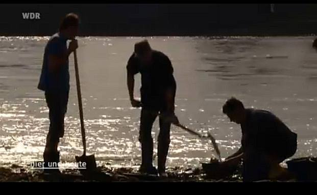 Jagen den versunkenen Schatz: Goldsucher am Rhein (Foto: Screenshot Youtube)