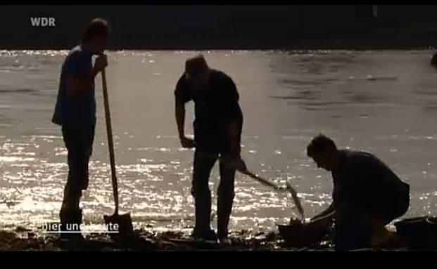 Jagen den versunkenen Schatz: Goldsucher am Rhein (Foto: Screenshot Youtube)