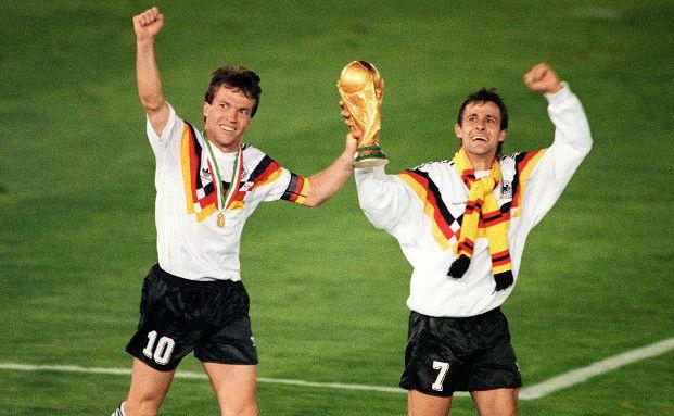 Lothar Matthaeus und Pierre Littbarski nach dem Sieg bei der Weltmeisterschaft 1990 gegen Argentinien. In dem Jahr holte Deutschland bisher zum letzten Mal den Titel - Ein besonderer Moment. (Foto: Getty Images)