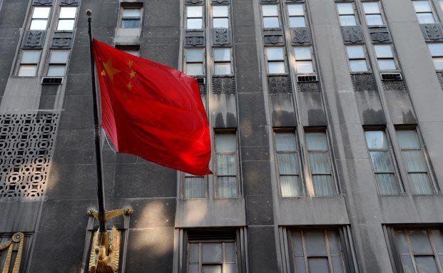 Im Januar 2014 weht eine chinesische Flagge vor dem Waldorf Astoria in New York: Jetzt wurde das Hotel von einem chinesischen Versicherer übernommen. Foto: Stan Honda/AFP/Getty Images