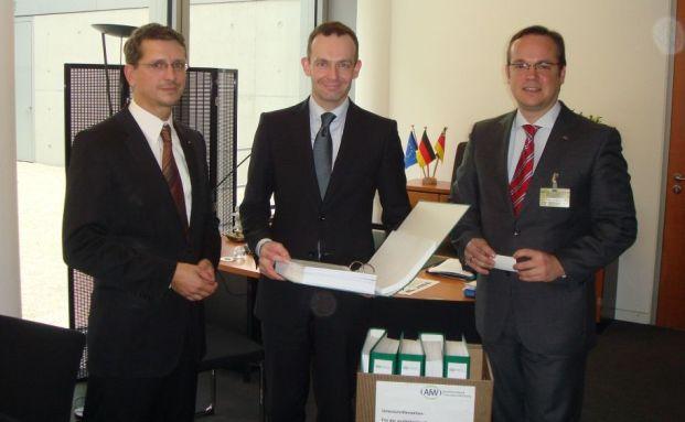 Unterschriften&uuml;bergabe. v.l.n.r: Norman Wirth (AfW), <br> Volker Wissing (Vorsitzender des Finanzausschusses, FDP), <br> Frank Rottenbacher (AfW)