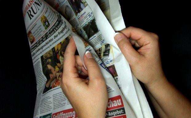 Ein Gro&szlig;teil der Deutschen verfolgt die Nachrichten &uuml;ber die <br> Finanzkrise in den Medien. Foto: Pixelio/Uta Herbert